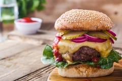 Hamburger avec les cornichons, l'oignon rouge et la laitue images libres de droits