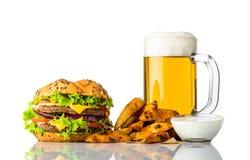 Hamburger, bière froide et fritures avec de la sauce d'accompagnement Image stock