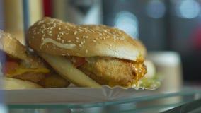 Hamburger bon marché d'aliments de préparation rapide clips vidéos