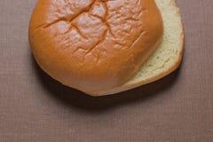 Hamburger-Brötchen-Lebensmittel in der obersten eckigen Ansicht über Textilhintergrund Lizenzfreie Stockbilder