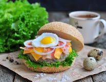 Hamburger, Burger mit gegrilltem Rindfleisch, Ei, Käse, Speck und Gemüse Stockfotografie