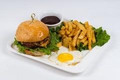 Hamburger caldo del piatto su fondo bianco Fotografie Stock