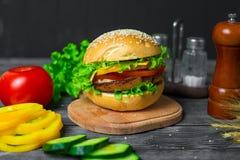 Hamburger casalingo con gli ortaggi freschi Immagine Stock Libera da Diritti