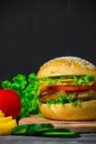 Hamburger casalingo con gli ortaggi freschi Immagini Stock Libere da Diritti