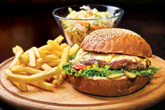 Hamburger casalingo del manzo immagini stock libere da diritti