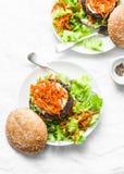 Hamburger casalingo del manzo con le carote marinate piccanti e l'insalata verde - spuntino delizioso, brunch, tapas su un fondo  immagini stock