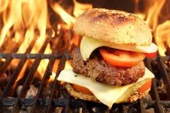 Hamburger casalingo del manzo del BBQ sulla griglia ardente calda Fotografie Stock Libere da Diritti