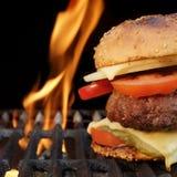 Hamburger casalingo del manzo del BBQ sulla griglia ardente calda Immagine Stock Libera da Diritti