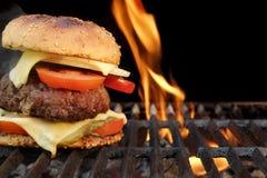 Hamburger casalingo del manzo del BBQ sulla griglia ardente calda Fotografia Stock