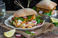 Hamburger casalingo del pesce Fotografie Stock