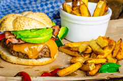 Hamburger casalingo dell'avocado con le fritture piccanti domestiche fotografia stock