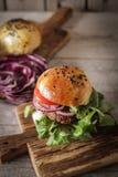 hamburger casalingo della verdura in semi di sesamo di un panino di birra Fotografia Stock Libera da Diritti