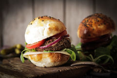 hamburger casalingo della verdura in semi di sesamo di un panino di birra Immagini Stock