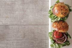 hamburger casalingo della verdura in semi di sesamo di un panino di birra Immagini Stock Libere da Diritti