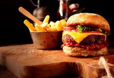 Hamburger casalingo moderno degli alimenti a rapida preparazione con i chip Fotografia Stock