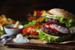 Hamburger casalingo, patate fritte, patate fritte, insieme degli alimenti a rapida preparazione Fotografia Stock