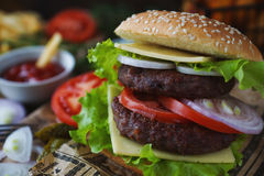 Hamburger casalingo, patate fritte, patate fritte, insieme degli alimenti a rapida preparazione Fotografia Stock Libera da Diritti