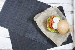 Hamburger casalingo su carta marrone Immagine Stock