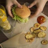 Hamburger casalingo su una carta Fotografia Stock