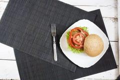 Hamburger casalingo sul piatto bianco Fotografia Stock Libera da Diritti