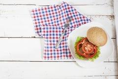 Hamburger casalingo sul piatto bianco Immagini Stock