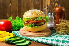 Hamburger caseiro com legumes frescos Fotografia de Stock