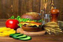 Hamburger caseiro com legumes frescos Imagem de Stock Royalty Free