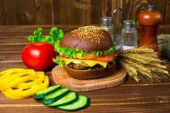 Hamburger caseiro com legumes frescos Fotos de Stock