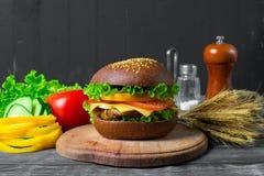 Hamburger caseiro com legumes frescos Imagem de Stock
