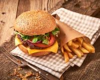 Hamburger caseiro fresco com queijo, tomates, salada verde e fotos de stock royalty free