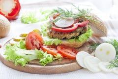 Hamburger caseiro, vegetais e ervas Imagem de Stock