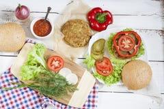 Hamburger caseiro, vegetais e ervas Imagens de Stock