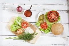 Hamburger caseiro, vegetais e ervas Imagens de Stock Royalty Free