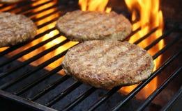 Hamburger che cucinano sulla griglia Fotografia Stock