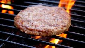 Hamburger che frigge sulla griglia fotografia stock