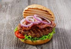 Hamburger com bacon e carne grelhada Foto de Stock