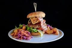 Hamburger com bacon, vegetais e batatas Foto de Stock