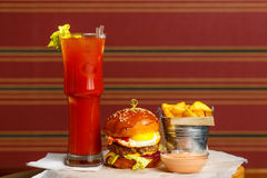 Hamburger com batatas fritas e cocktail Fotografia de Stock Royalty Free