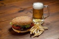 Hamburger com cerveja Imagem de Stock Royalty Free