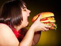 Hamburger com fome da terra arrendada da mulher. Foto de Stock Royalty Free