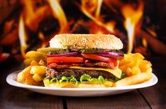 Hamburger com fritadas Imagem de Stock Royalty Free