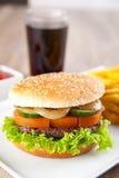 Hamburger com microplaquetas e bebida de batata Fotos de Stock Royalty Free