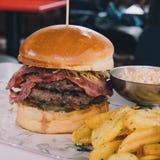 Hamburger com salada da batata e da salada de repolho imagem de stock royalty free