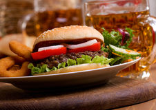 Hamburger com vegetais Fotografia de Stock