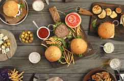 Hamburger con alimento differente Fotografia Stock Libera da Diritti