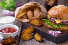 Hamburger con birra fredda e le fritture Fotografia Stock Libera da Diritti