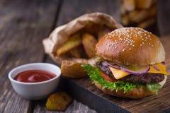 Hamburger con birra fredda e le fritture Immagini Stock