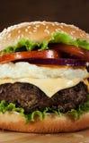 Hamburger con carne di maiale grigliata, l'uovo fritto e la verdura sul boa di legno fotografia stock libera da diritti