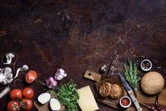 Hamburger con carne, formaggio e gli ortaggi freschi Su un bordo di legno Vista superiore, spazio della copia fotografia stock libera da diritti