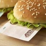 Hamburger con cento fatture della rublo russa Fotografia Stock Libera da Diritti